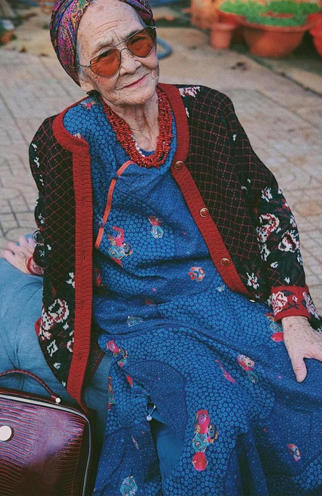 Bà ngoại U90 lên đồ cực chất, gương mặt đứng sau mới đáng gờm - Ảnh 7.