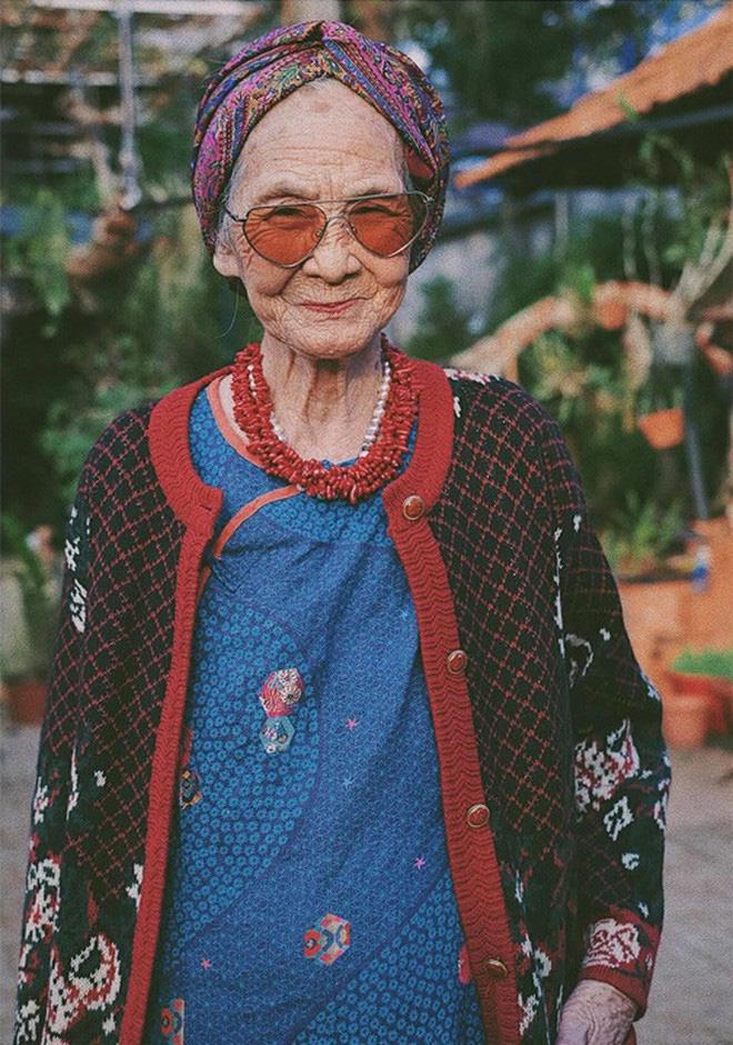 Bà ngoại U90 lên đồ cực chất, gương mặt đứng sau mới đáng gờm - Ảnh 9.