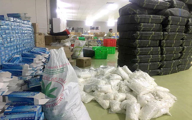 Phát hiện nhà xưởng 2000 m2 tái chế găng tay, khẩu trang trái phép - Ảnh 2.