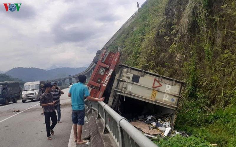 Xe đầu kéo mất lái, rơi từ làn trên xuống làn dưới cao tốc Nội Bài - Lào Cai - Ảnh 1.