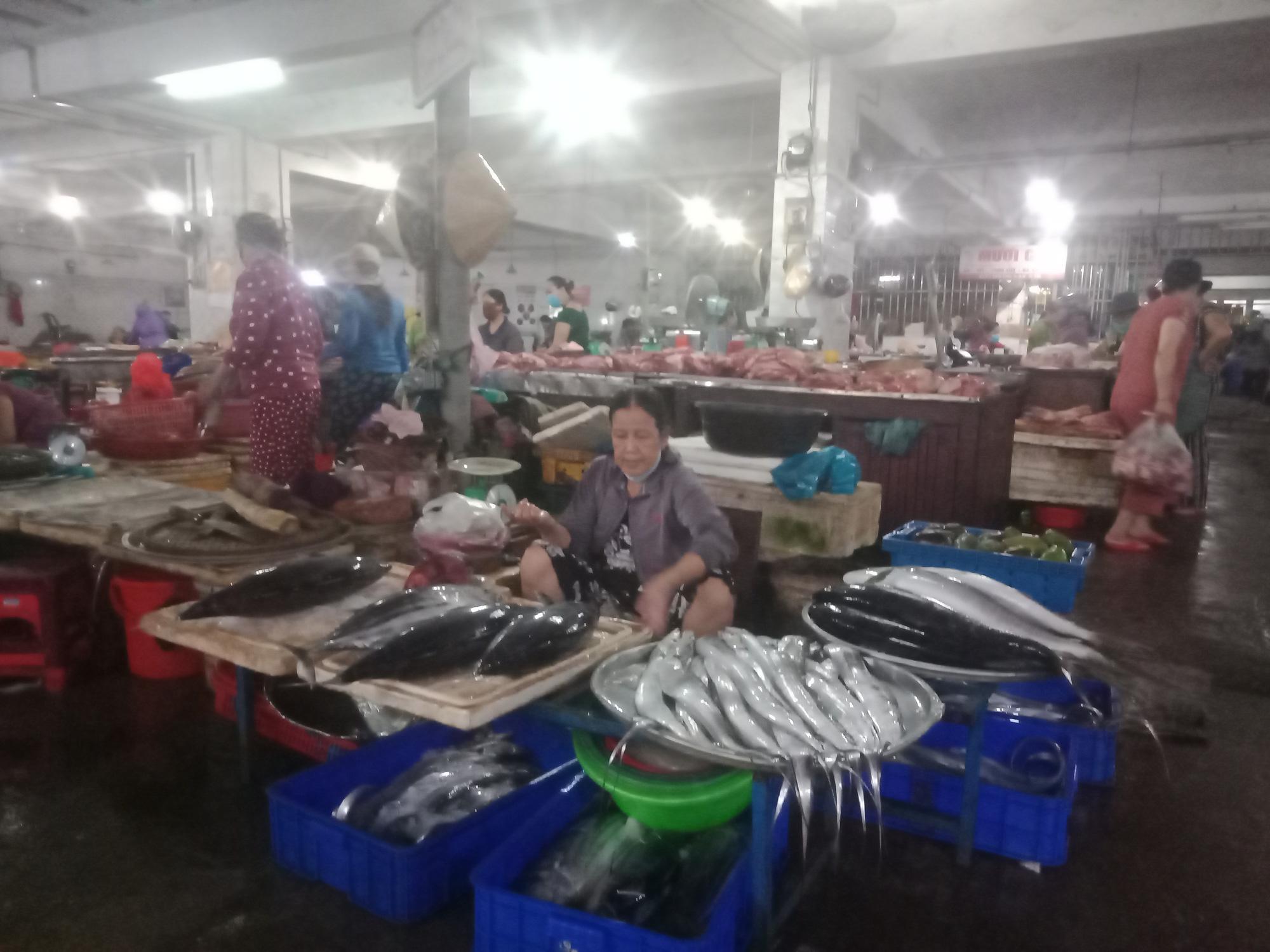 """Dịch Covid-19: Thị trường ở Quảng Nam bình ổn giá, không có chuyện """"găm"""" trữ lương thực - Ảnh 1."""