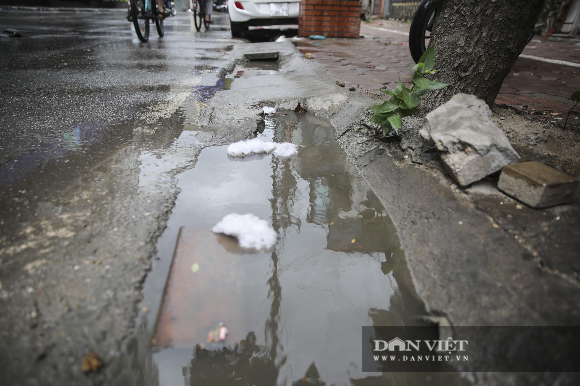 Hệ thống thoát nước bị xâm lấn, Hà Nội đứng trước nguy cơ ngập úng do mưa bão - Ảnh 2.
