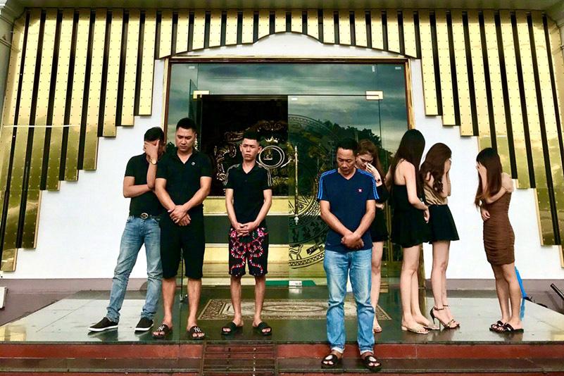 Mặc lệnh cấm mở cửa, quán karaoke vẫn để khách lắc lư trong tiệc ma tuý - Ảnh 1.