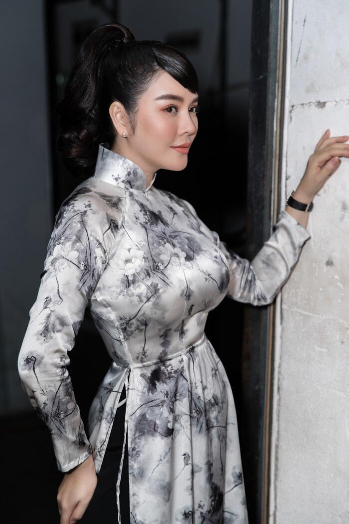 """Tuổi U40, Lý Nhã Kỳ diện áo dài xinh đẹp chuẩn """"Cô ba Sài Gòn"""" - Ảnh 1."""