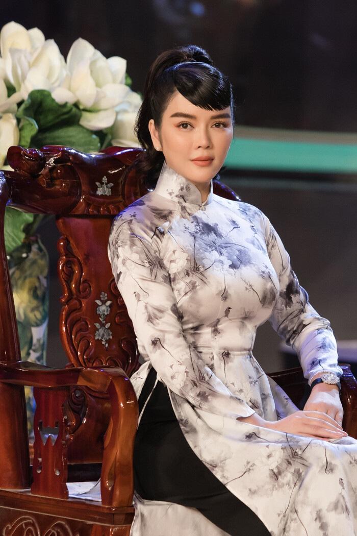 """Tuổi U40, Lý Nhã Kỳ diện áo dài xinh đẹp chuẩn """"Cô ba Sài Gòn"""" - Ảnh 2."""