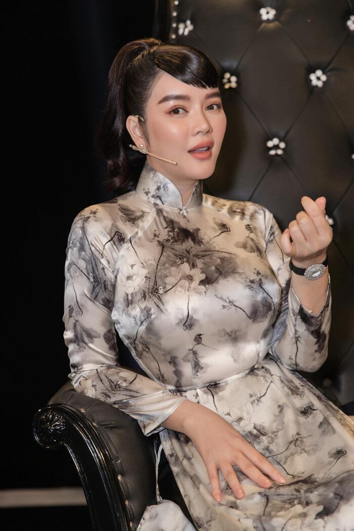 """Tuổi U40, Lý Nhã Kỳ diện áo dài xinh đẹp chuẩn """"Cô ba Sài Gòn"""" - Ảnh 8."""