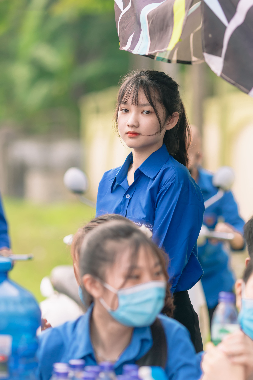 Nữ tình nguyện viên phố núi gây sốt cộng đồng mạng trong kỳ thi tốt nghiệp THPT - Ảnh 1.