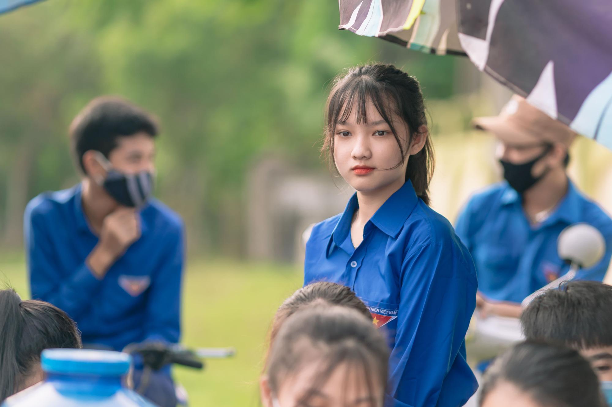 Nữ tình nguyện viên phố núi gây sốt cộng đồng mạng trong kỳ thi tốt nghiệp THPT - Ảnh 3.