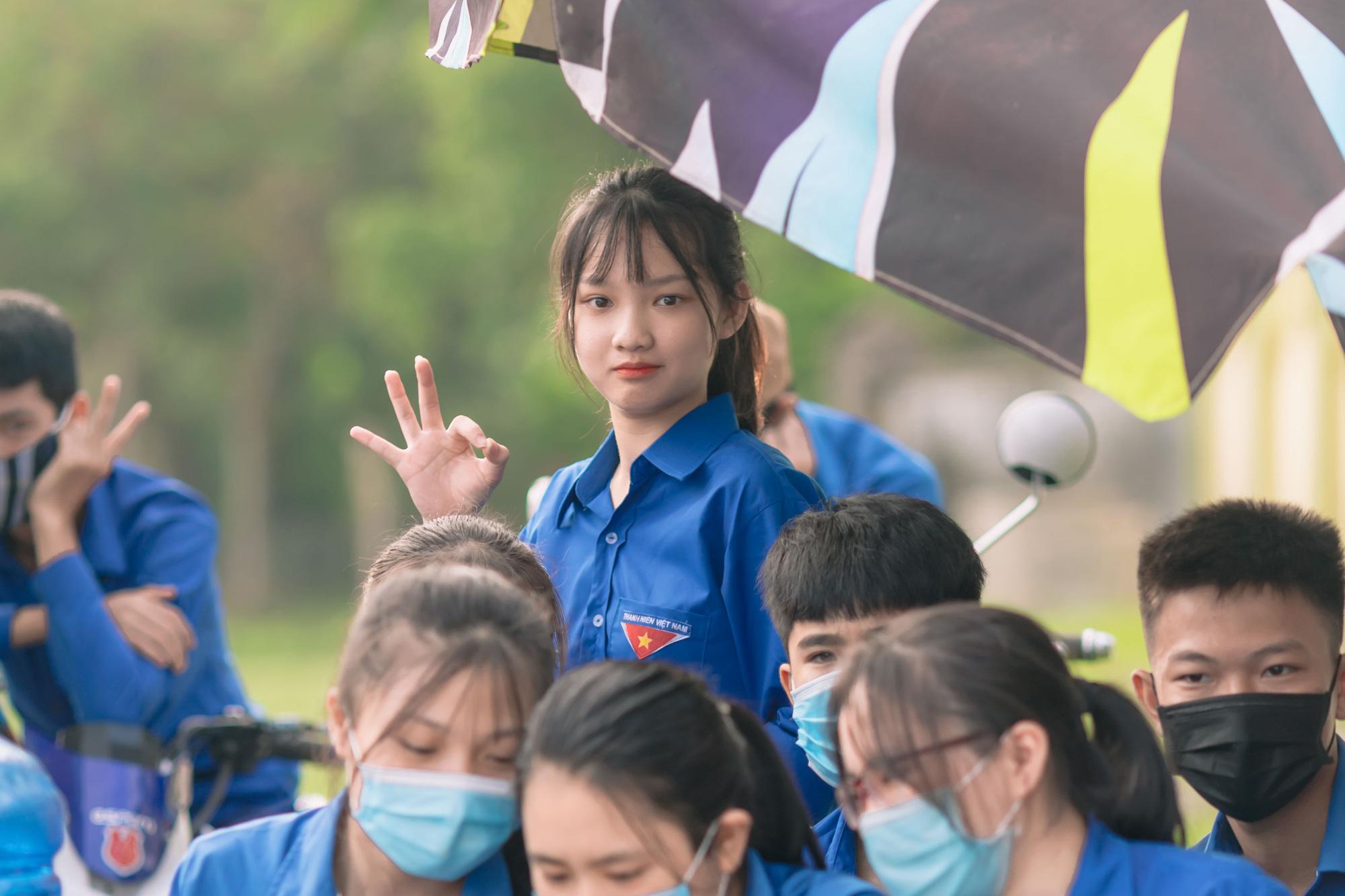 Nữ tình nguyện viên phố núi gây sốt cộng đồng mạng trong kỳ thi tốt nghiệp THPT - Ảnh 4.
