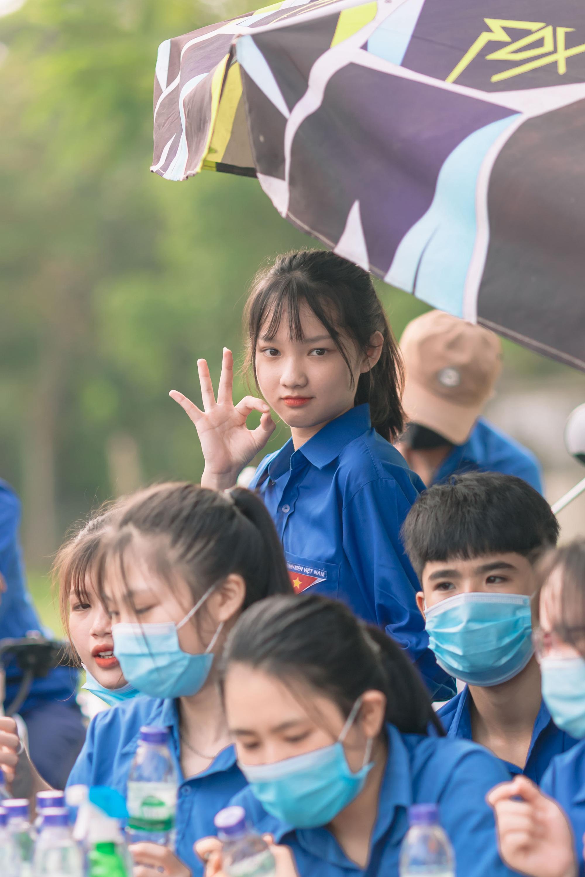Nữ tình nguyện viên phố núi gây sốt cộng đồng mạng trong kỳ thi tốt nghiệp THPT - Ảnh 5.