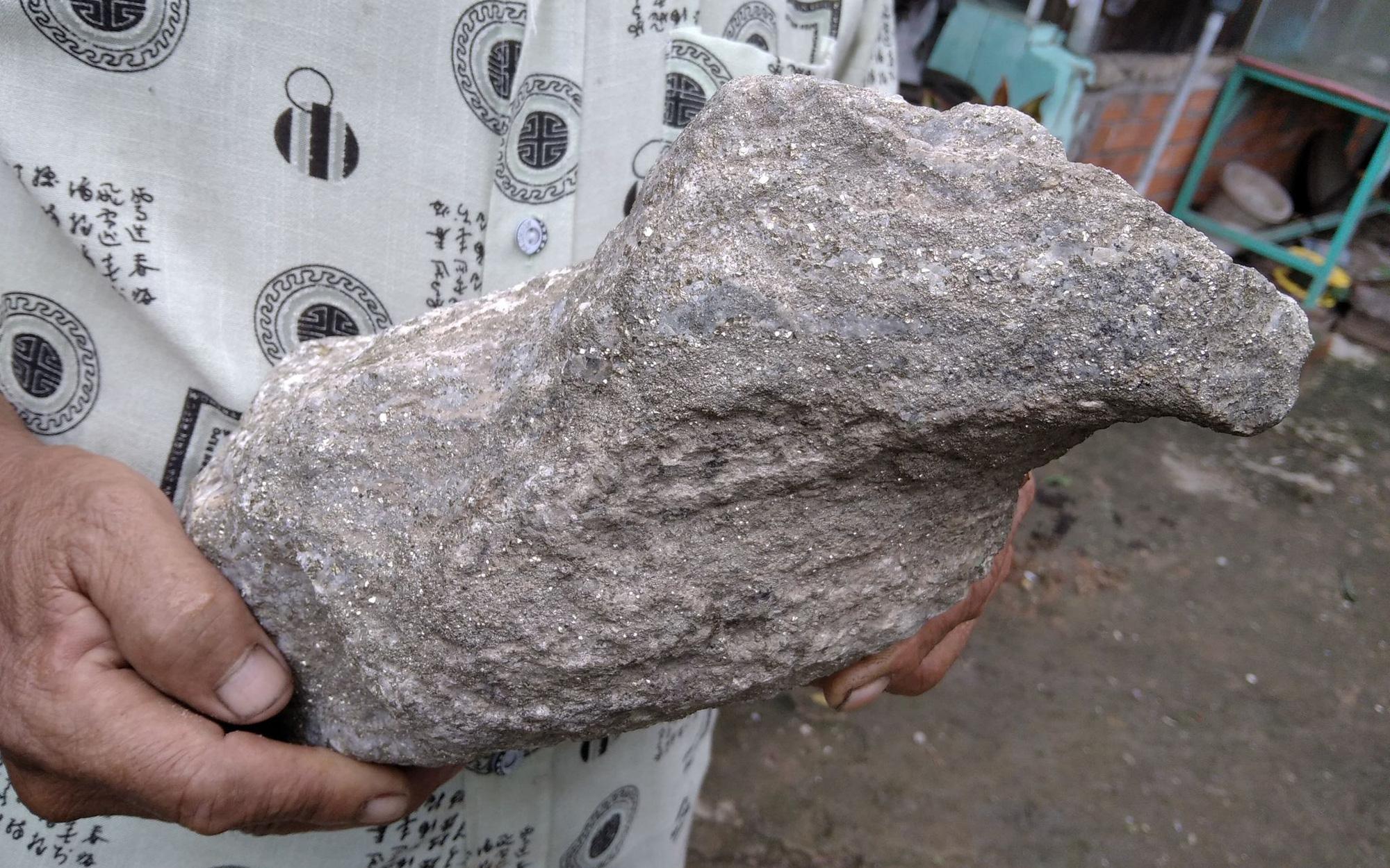 Đồng Tháp: 2 cục đá lạ, lấp lánh như có vàng, nghi đá quý hiếm do 1 ông nông dân đi cào hến bắt gặp