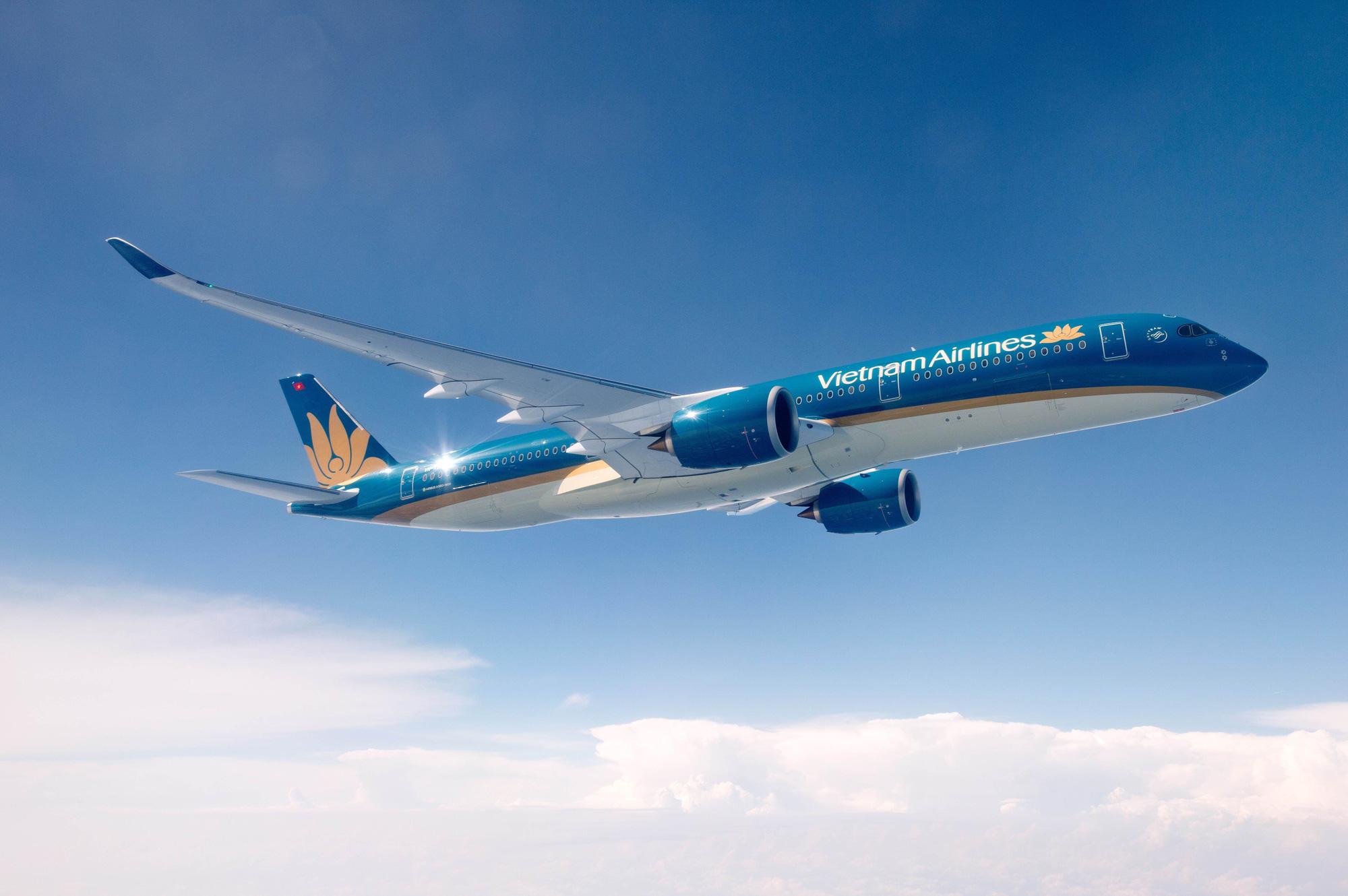 Bão số 5 di chuyển phức tạp, hàng loạt chuyến bay bị huỷ - Ảnh 1.