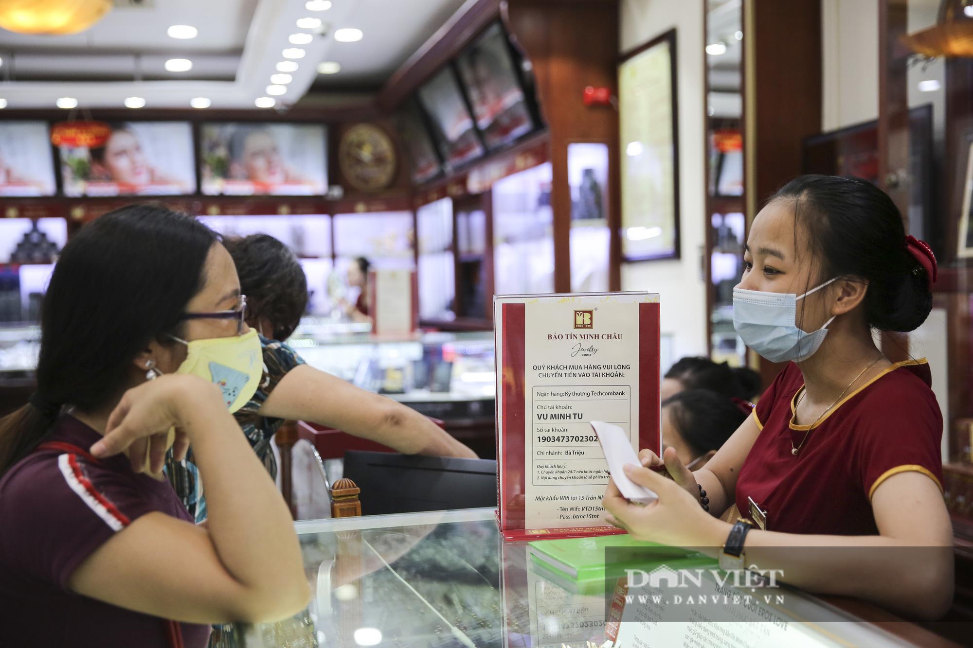 """Giá vàng giảm hơn 10 triệu đồng/lượng, """"phố vàng"""" Hà Nội vắng tanh - Ảnh 10."""