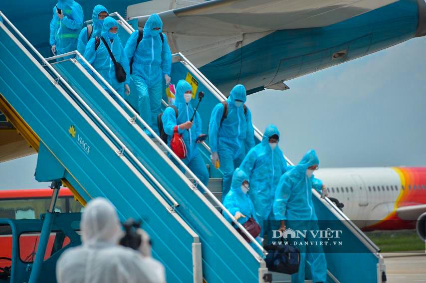 Chuyến bay đặc biệt đưa 207 người mắc kẹt ở Đà Nẵng về Hà Nội - Ảnh 4.