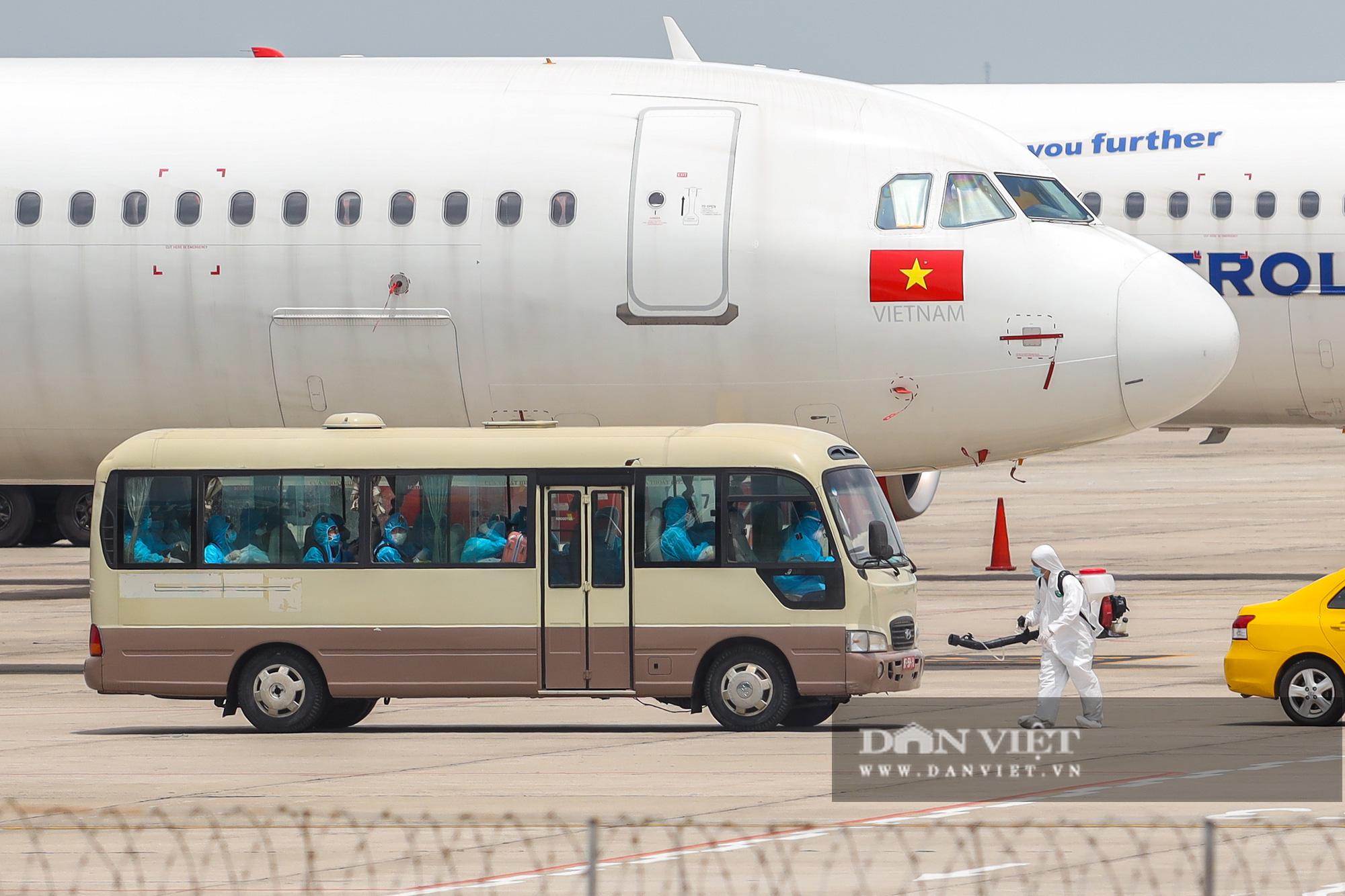 Chuyến bay đặc biệt đưa 207 người mắc kẹt ở Đà Nẵng về Hà Nội - Ảnh 8.