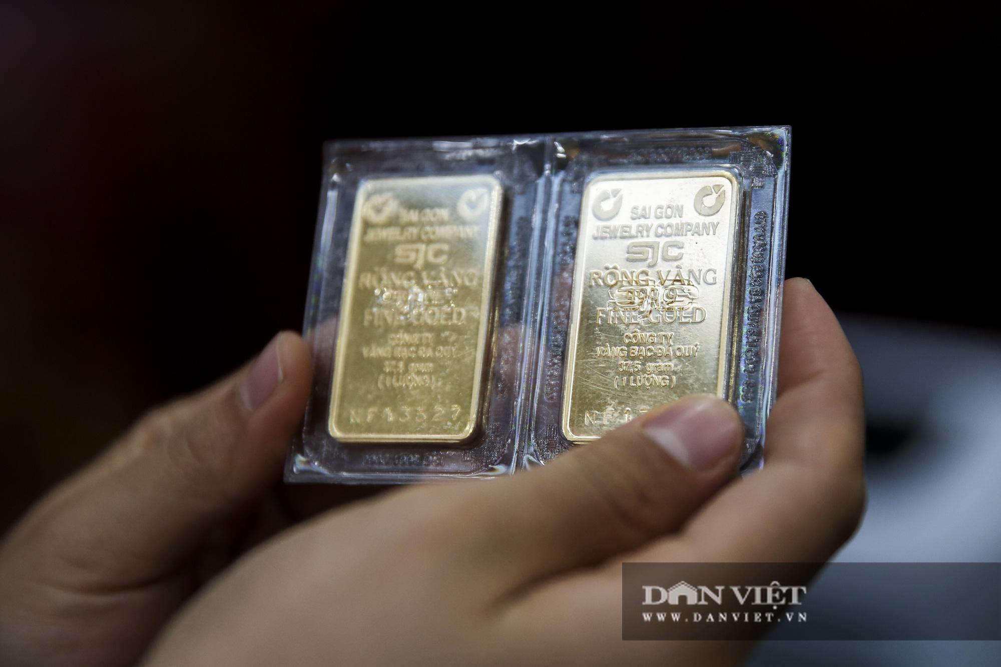 """Giá vàng giảm hơn 10 triệu đồng/lượng, """"phố vàng"""" Hà Nội vắng tanh - Ảnh 9."""