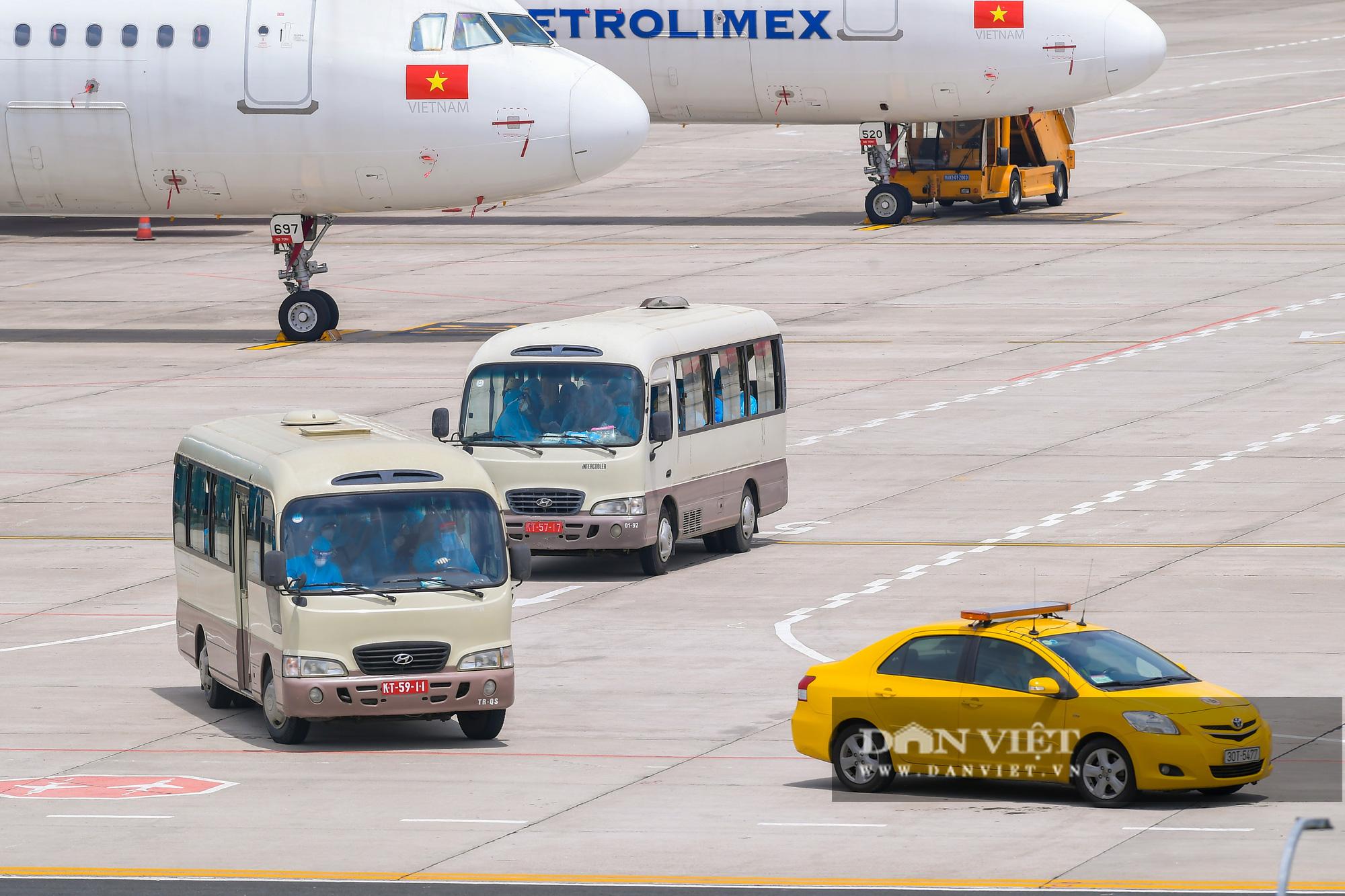 Chuyến bay đặc biệt đưa 207 người mắc kẹt ở Đà Nẵng về Hà Nội - Ảnh 9.