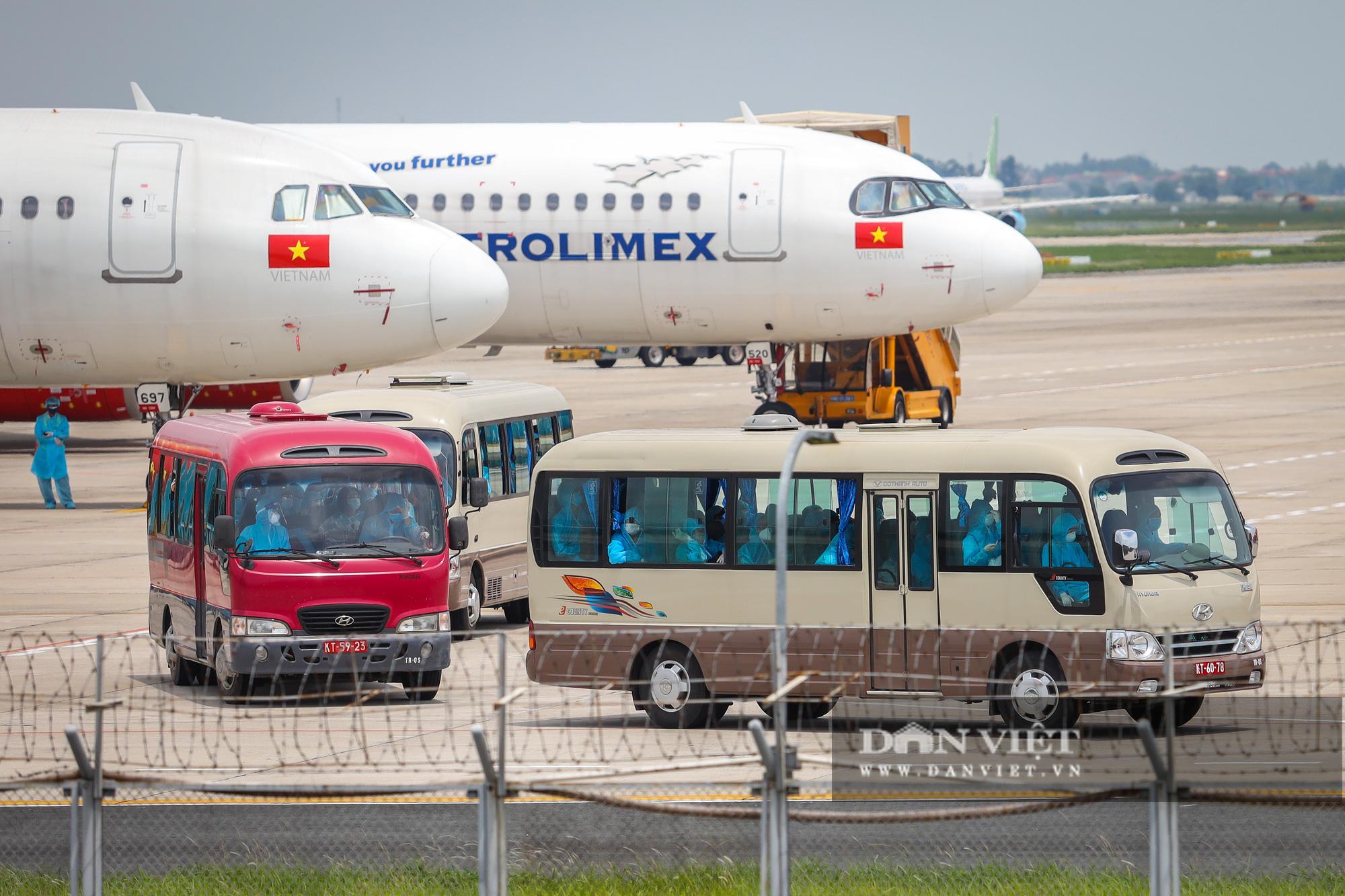 Chuyến bay đặc biệt đưa 207 người mắc kẹt ở Đà Nẵng về Hà Nội - Ảnh 10.