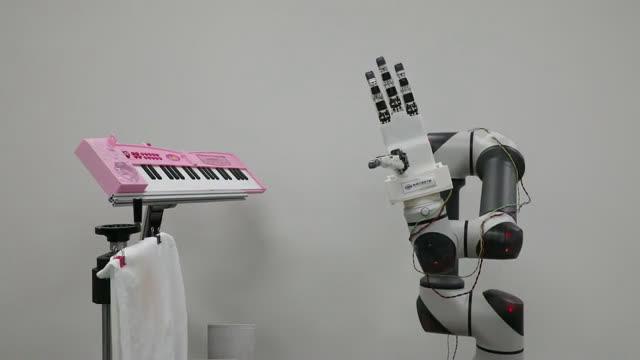 Thú vị: Robot Hàn Quốc chơi đàn piano một cách duyên dáng - Ảnh 1.