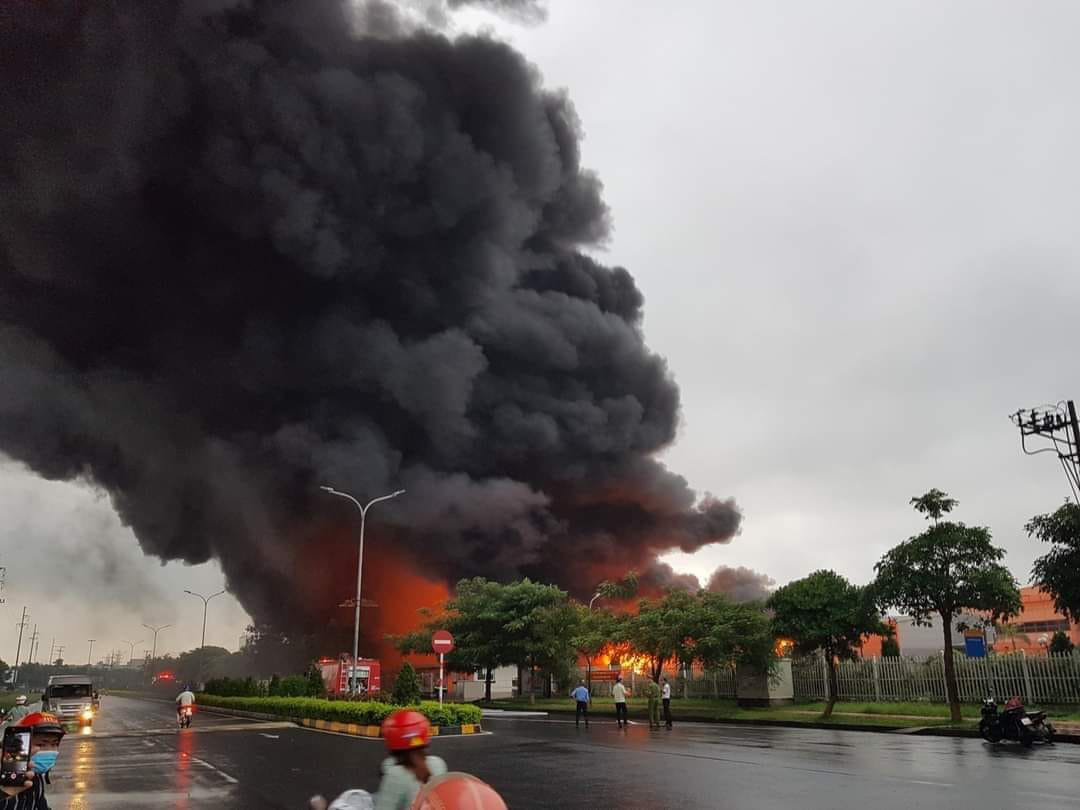 Cháy dữ dội tại KCN Yên Phong Bắc Ninh - Ảnh 1.