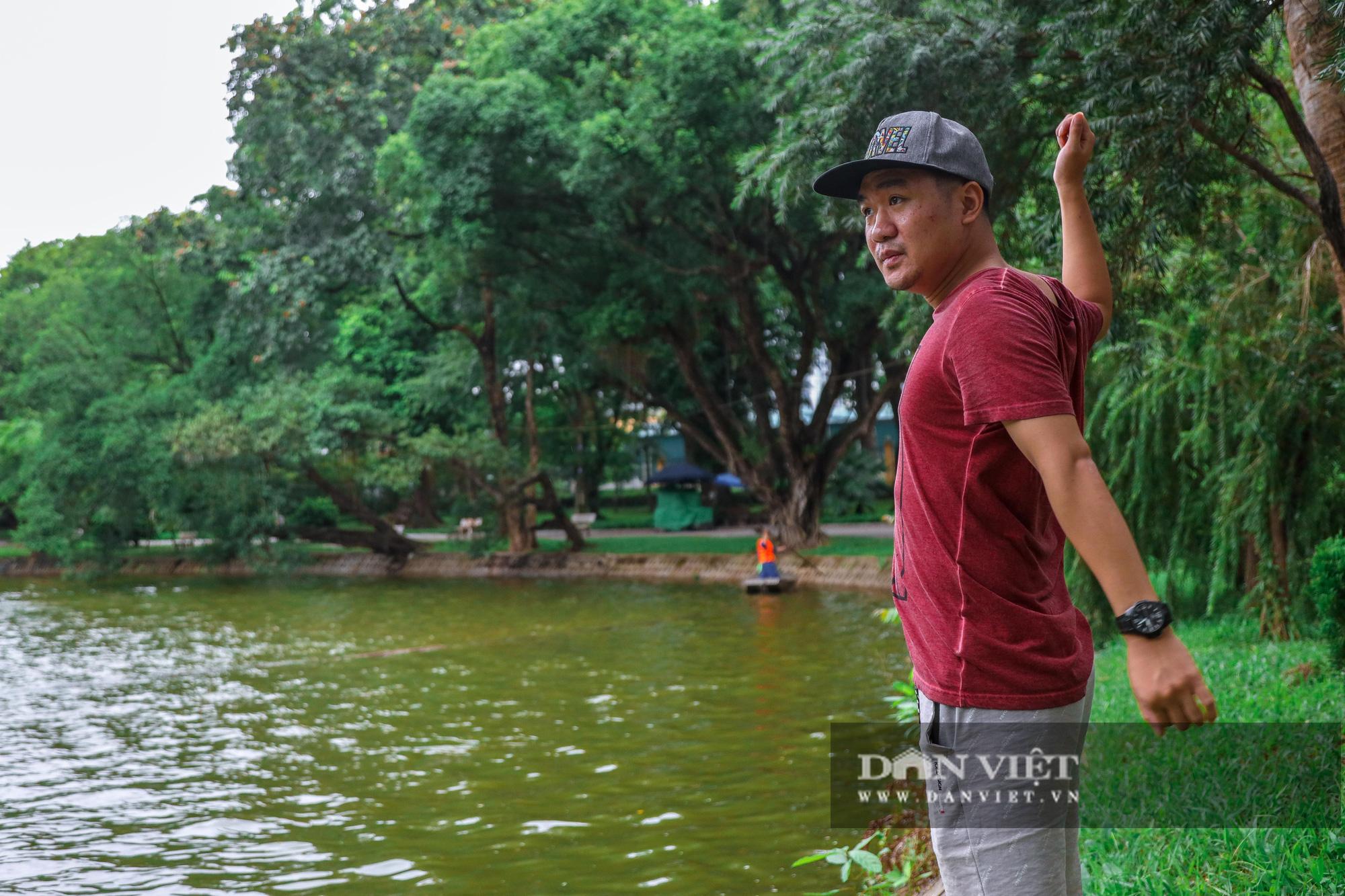 Hà Nội: Mặt nước hồ Bách Thảo bất ngờ chuyển màu vàng lạ mắt - Ảnh 10.