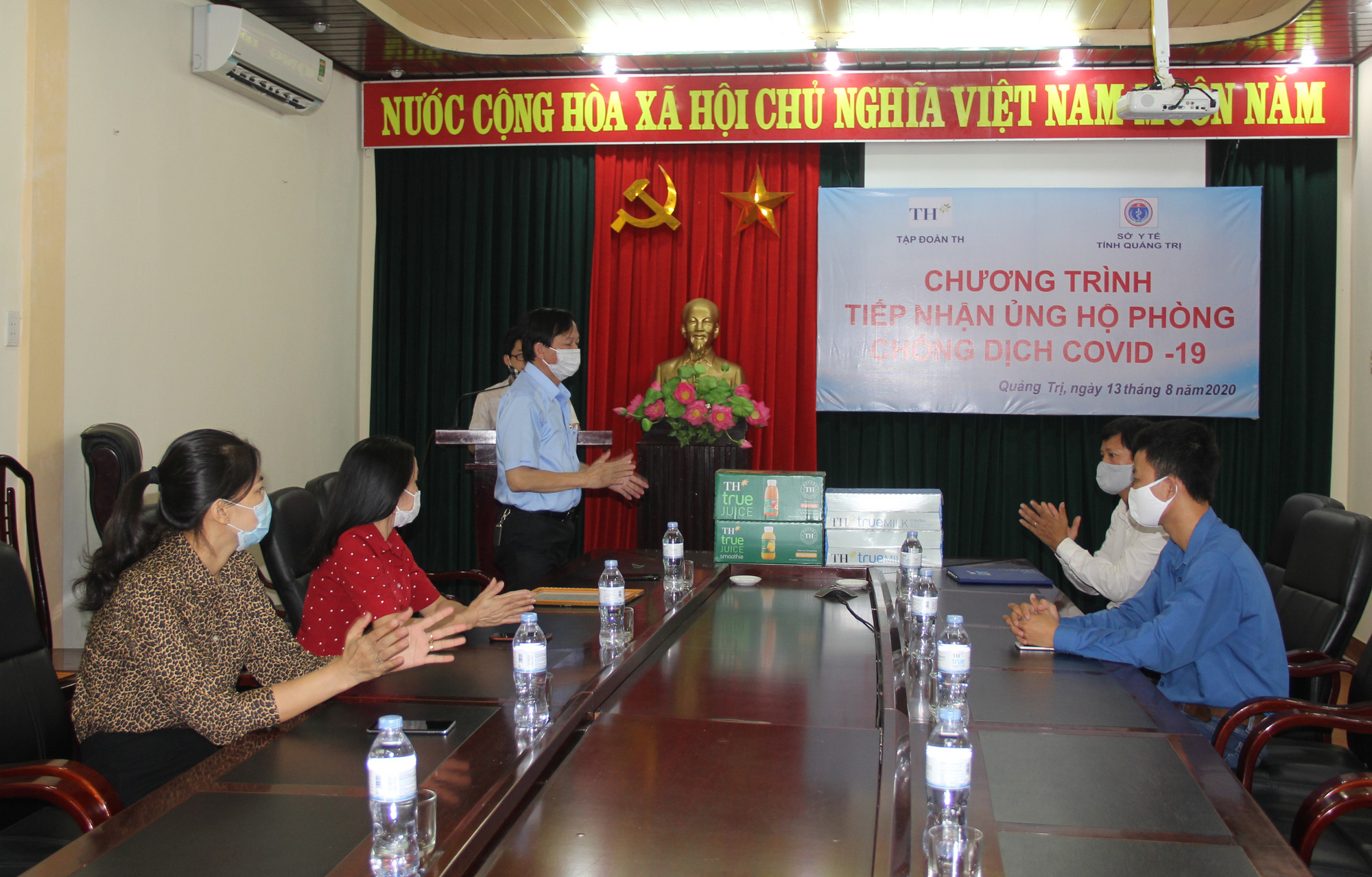 Tập đoàn TH trao tặng 12.500 sản phẩm sữa tươi hỗ trợ tỉnh Quảng Trị phòng, chống dịch Covid-19 - Ảnh 1.