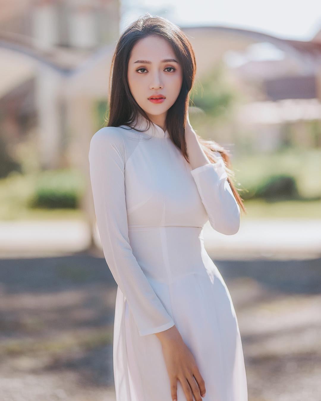 """Hương Giang mặc áo dài trắng tinh đẹp tựa nữ thần ở Pháp, """"thả thính"""" gây """"bão"""" mạng - Ảnh 5."""