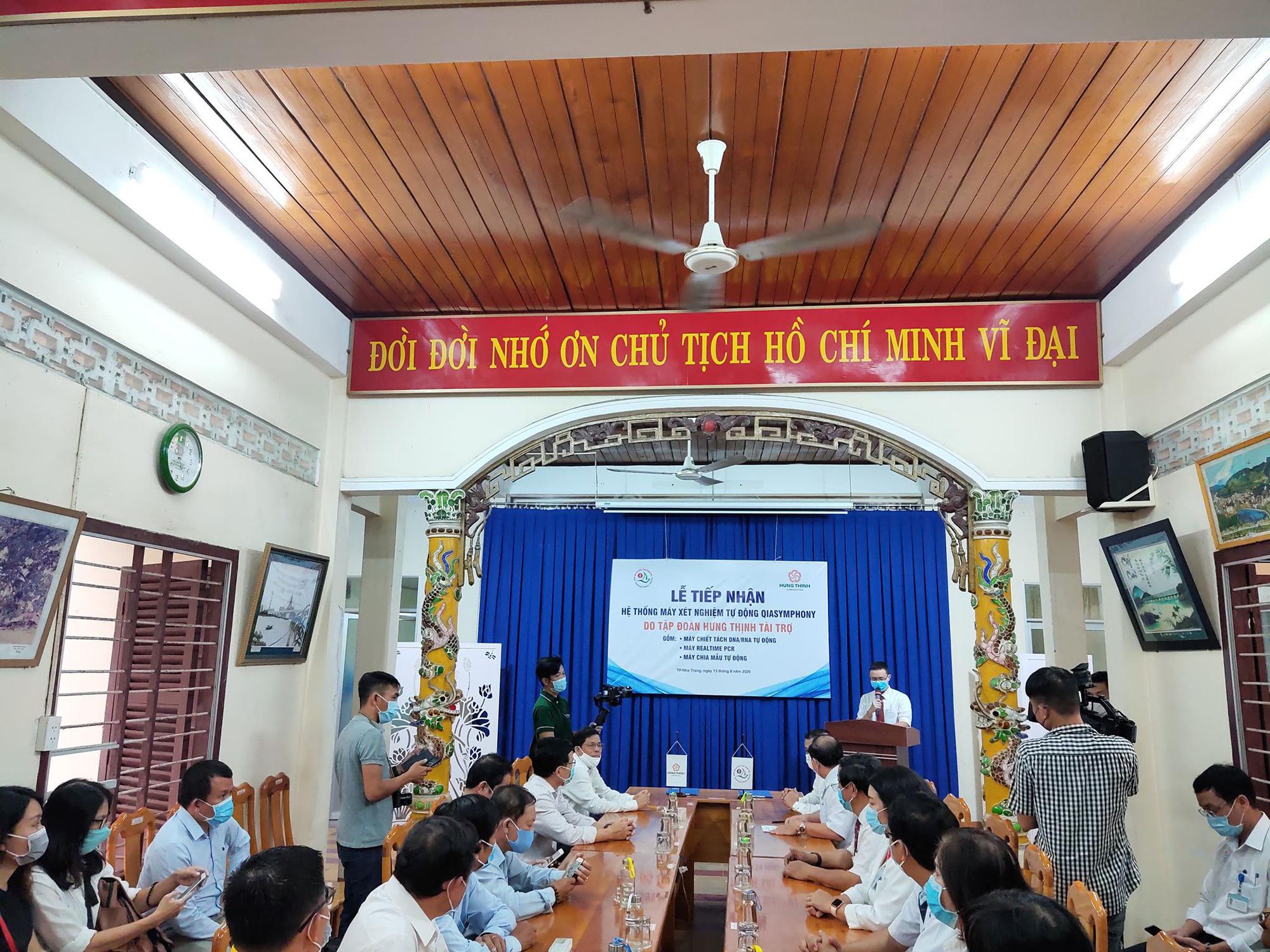 Hưng Thịnh tặng hệ thống máy xét nghiệm Covid-19 cho Bệnh viện Khánh  Hòa - Ảnh 2.