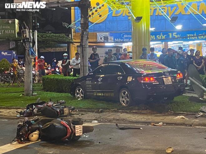 Nữ tài xế lái ô tô Camry tông hàng loạt xe máy ở TP.HCM khai gì? - Ảnh 1.
