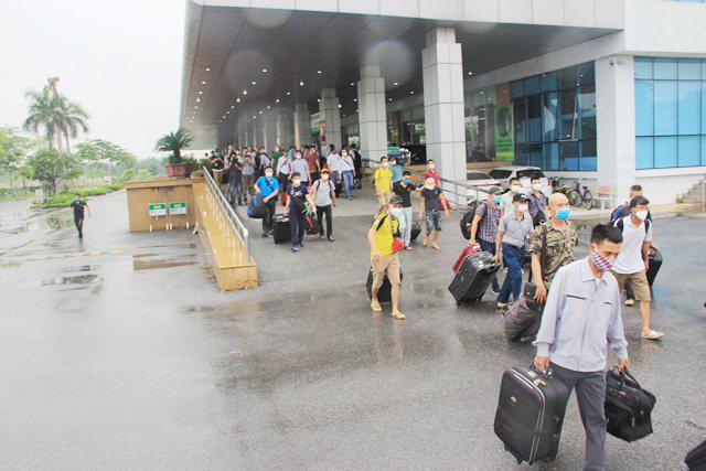 183 lao động từ Guinea Xích Đạo trở về hết hạn cách ly 14 ngày, được về nhà - Ảnh 2.
