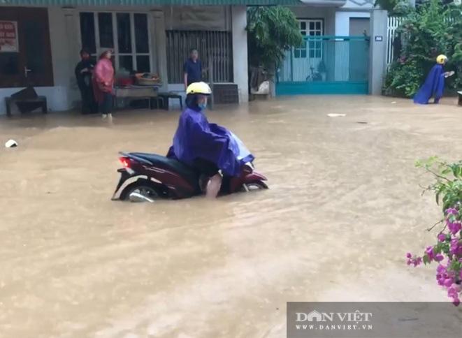 Mưa lớn: Một số tuyến đường trên TP. Sơn La chìm trong biển nước - Ảnh 1.