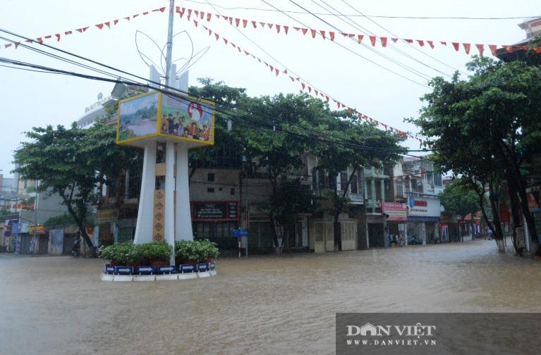 Mưa lớn: Một số tuyến đường trên TP. Sơn La chìm trong biển nước - Ảnh 4.