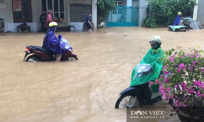 Mưa lớn: Một số tuyến đường trên TP. Sơn La chìm trong biển nước - Ảnh 2.