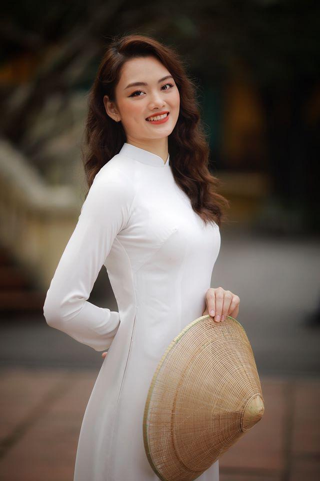 Ngẩn ngơ trước vẻ xinh đẹp của chuyền hai Nguyễn Thu Hoài trong tà áo dài - Ảnh 1.