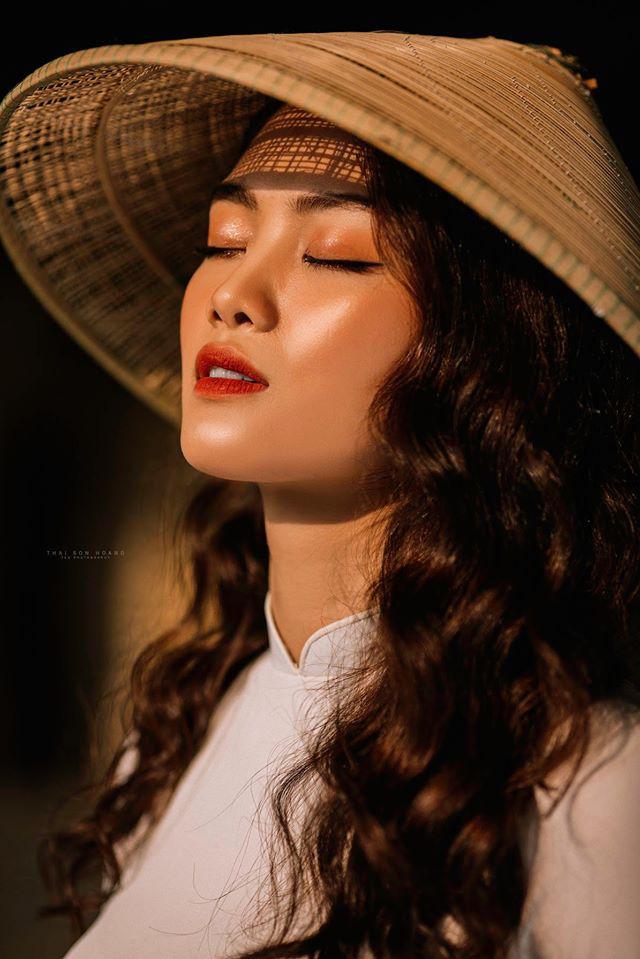 Ngẩn ngơ trước vẻ xinh đẹp của chuyền hai Nguyễn Thu Hoài trong tà áo dài - Ảnh 11.