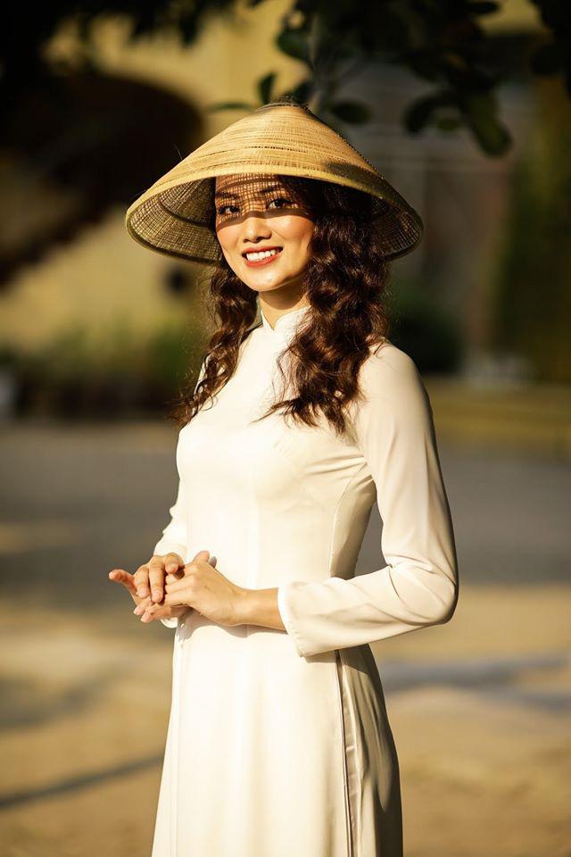 Ngẩn ngơ trước vẻ xinh đẹp của chuyền hai Nguyễn Thu Hoài trong tà áo dài - Ảnh 17.