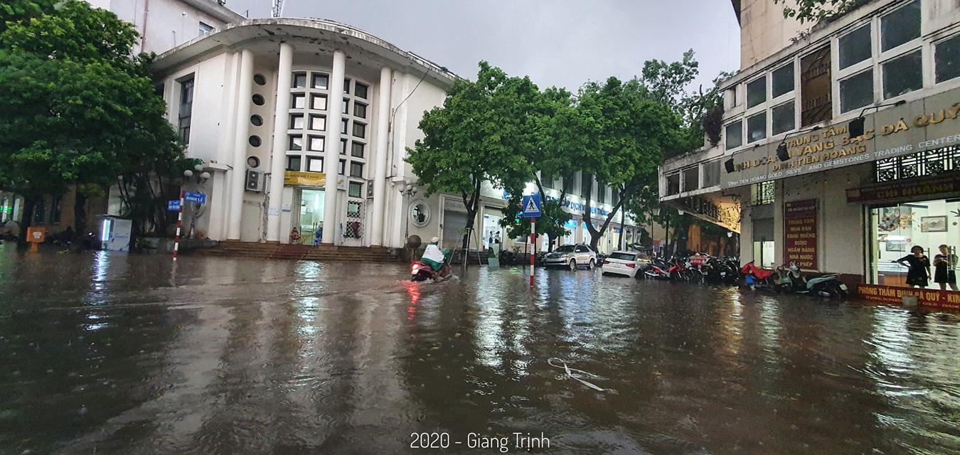 Mưa như trút nước, nhiều tuyến phố nội thành Hà Nội ngập úng nặng - Ảnh 10.