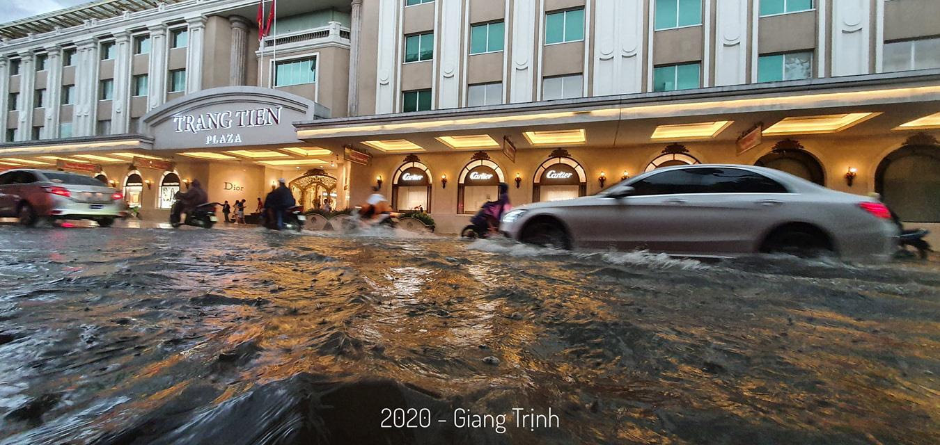 Mưa như trút nước, nhiều tuyến phố nội thành Hà Nội ngập úng nặng - Ảnh 5.