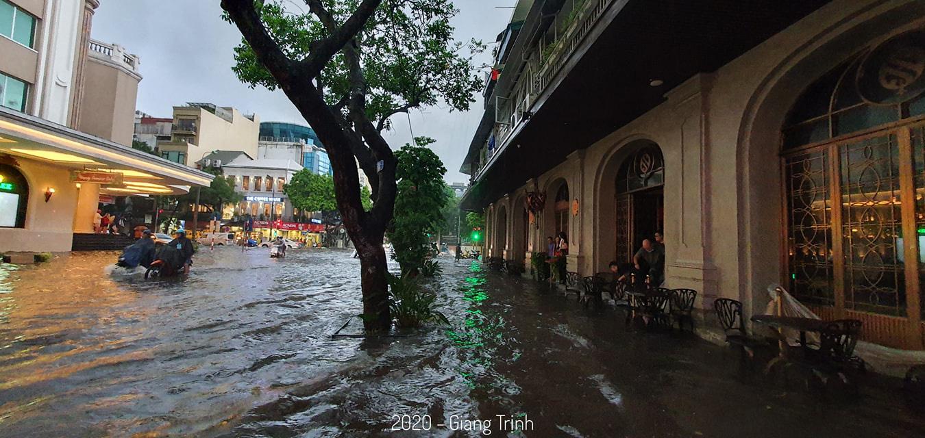 Mưa như trút nước, nhiều tuyến phố nội thành Hà Nội ngập úng nặng - Ảnh 6.