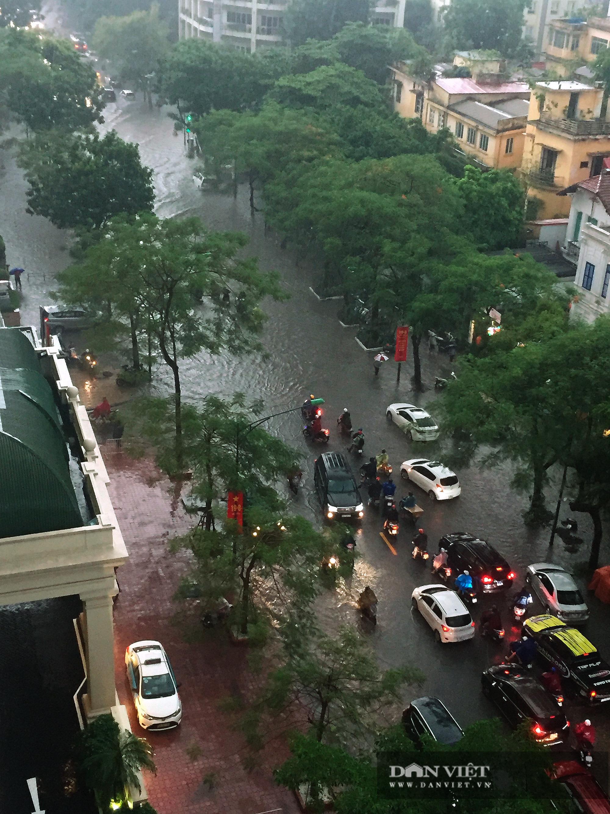 Mưa như trút nước, nhiều tuyến phố nội thành Hà Nội ngập úng nặng - Ảnh 1.