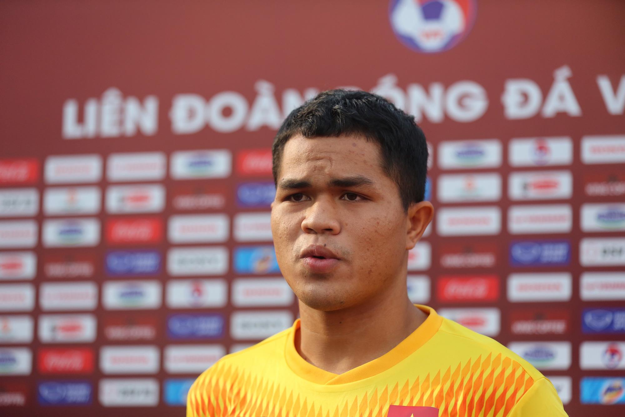 Đội trưởng U22 Việt Nam Dụng Quang Nho trả lời phỏng vấn báo chí. Ảnh: Hải Đăng