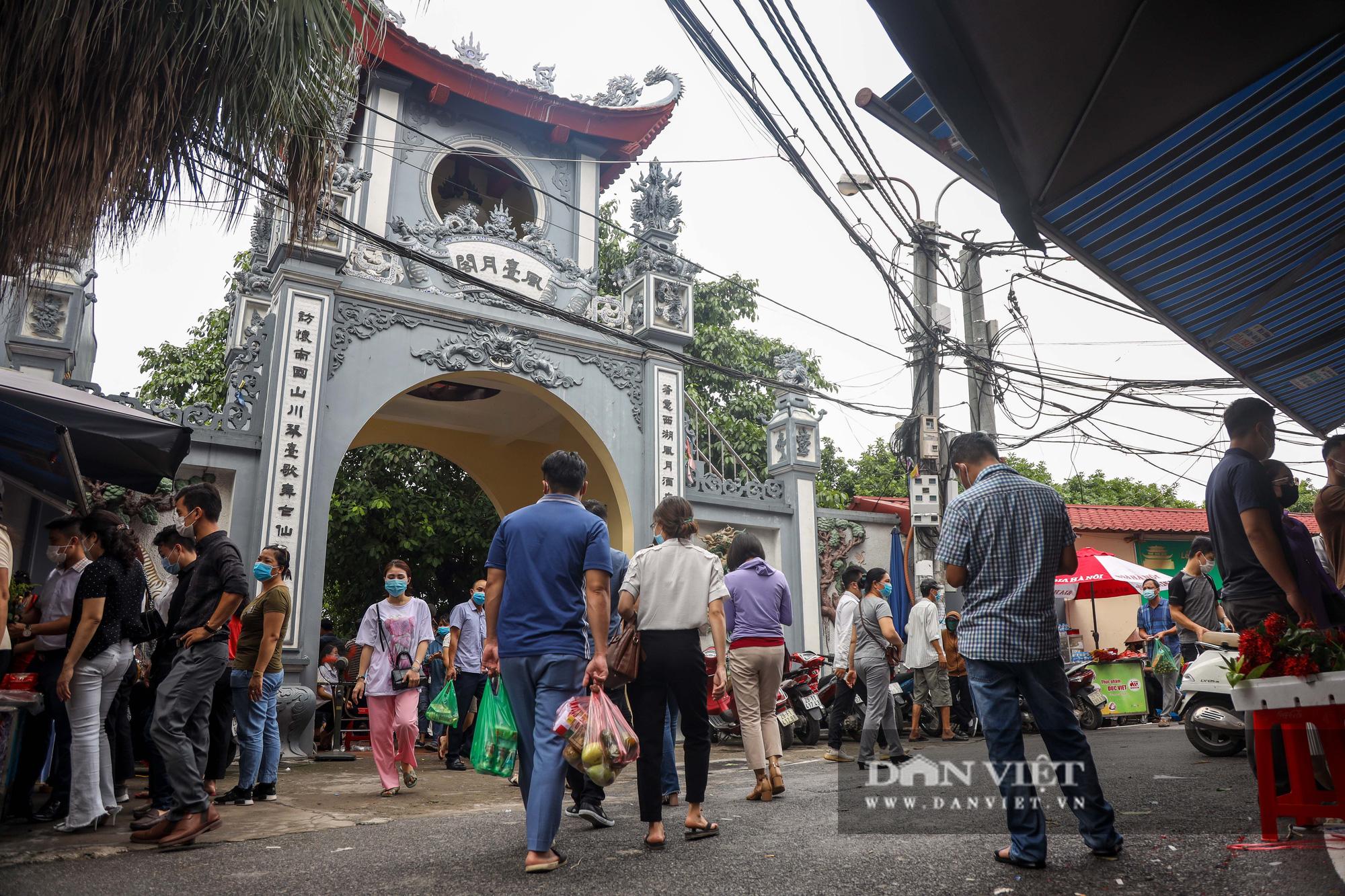 Phủ Tây Hồ đông nghịt người trong ngày đầu Hà Nội thực hiện giãn cách - Ảnh 2.