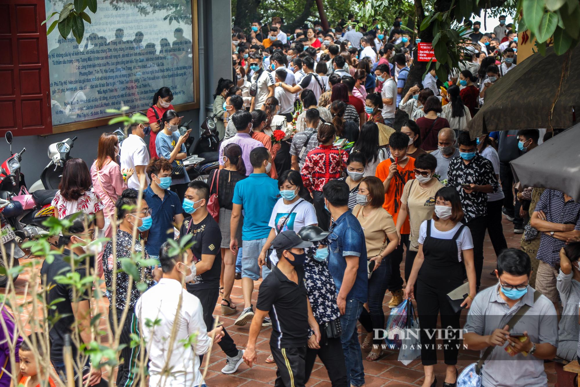 Phủ Tây Hồ đông nghịt người trong ngày đầu Hà Nội thực hiện giãn cách - Ảnh 3.