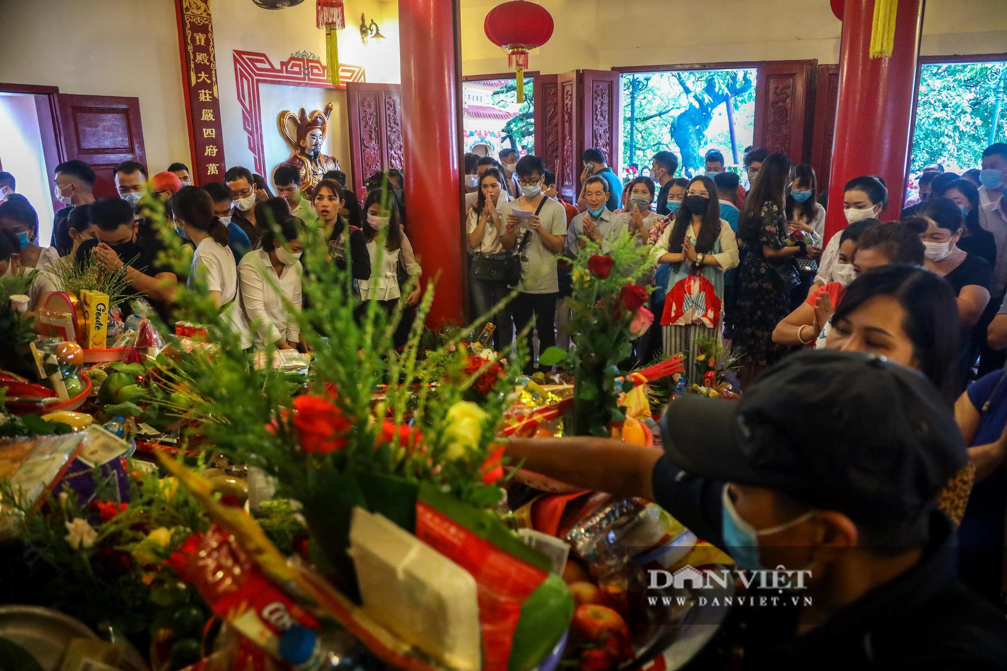 Dân đi lễ đông nghịt, Hà Nội tạm đóng cửa Phủ Tây Hồ để phòng dịch Covid-19 - Ảnh 1.