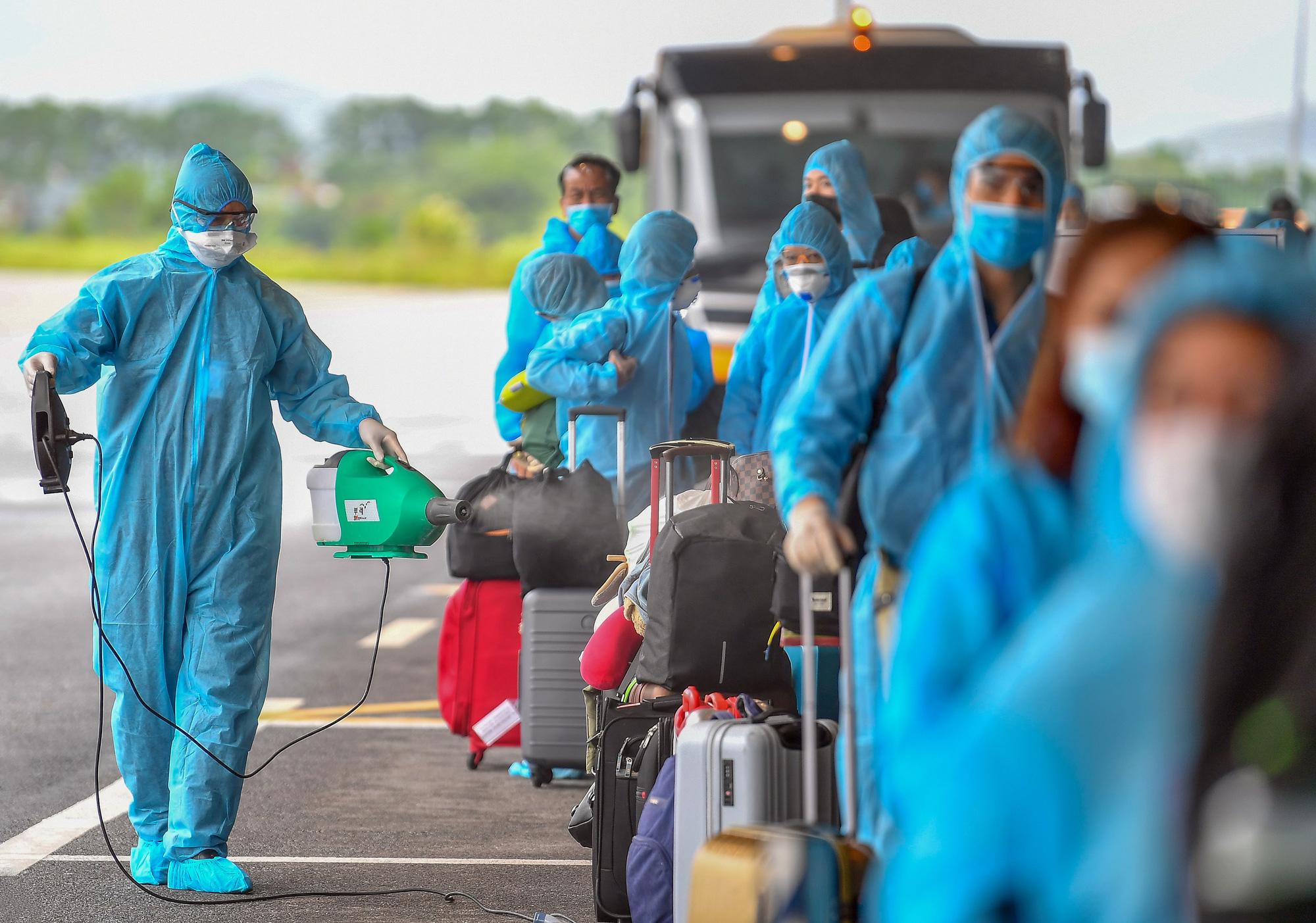 Sân bay Vân Đồn đón 278 công dân Việt Nam từ châu Âu về nước - Ảnh 2.