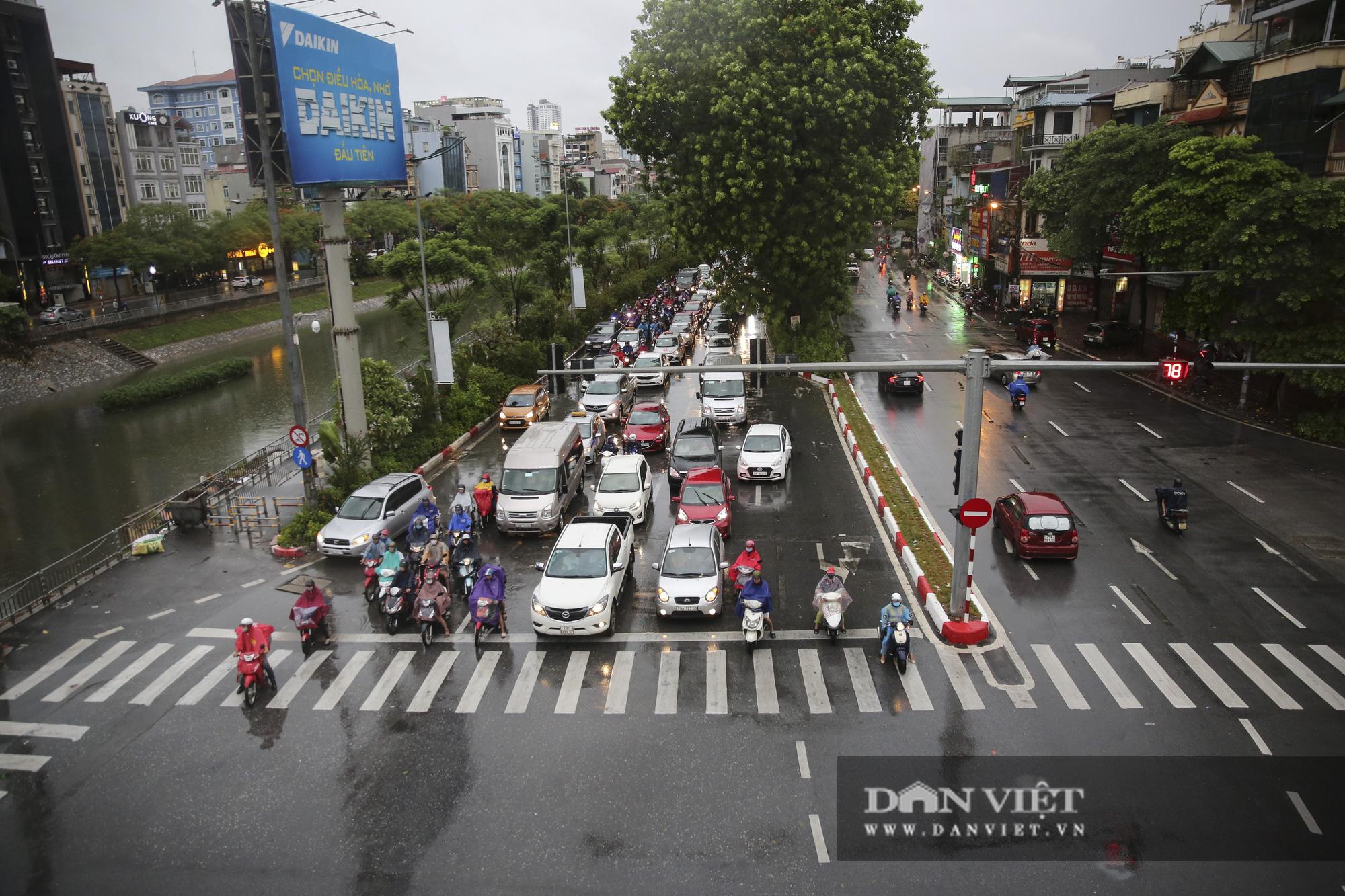 Sau bão số 2, Hà Nội mưa cả ngày khiến mực nước sông Tô Lịch bất ngờ dâng cao - Ảnh 1.