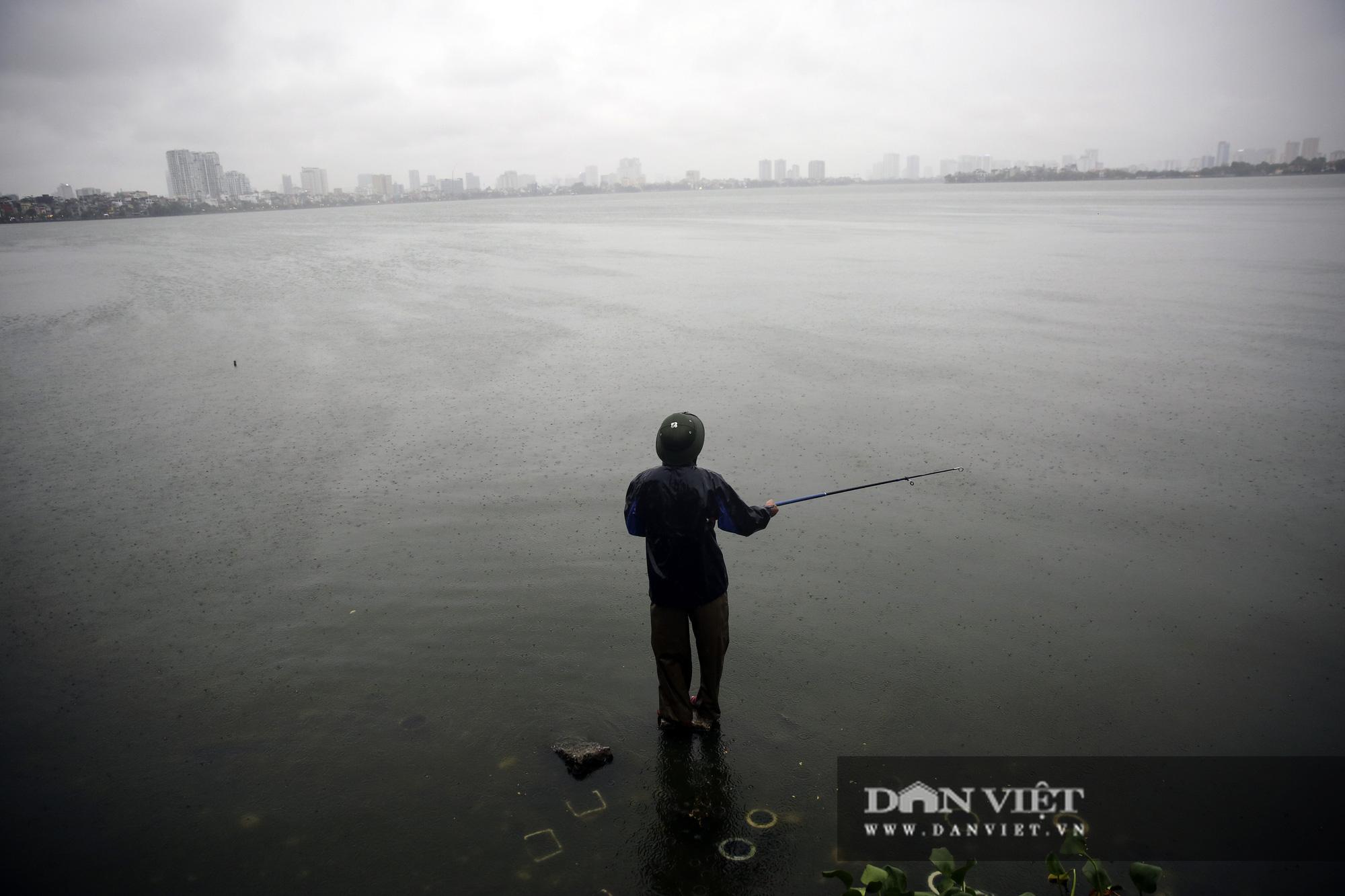 Sau bão số 2, Hà Nội mưa cả ngày khiến mực nước sông Tô Lịch bất ngờ dâng cao - Ảnh 11.