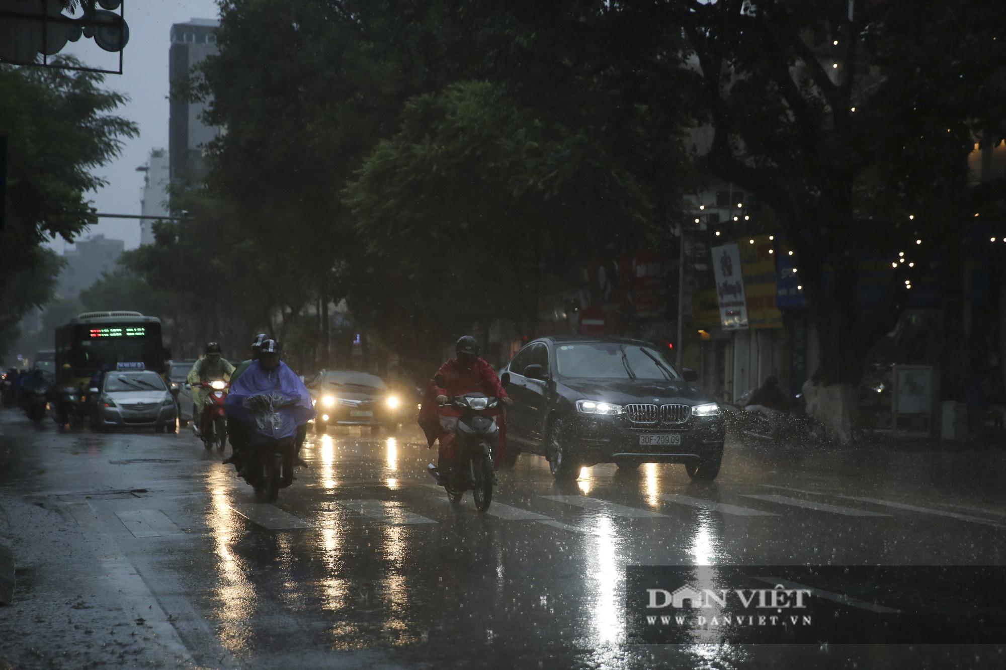 Sau bão số 2, Hà Nội mưa cả ngày khiến mực nước sông Tô Lịch bất ngờ dâng cao - Ảnh 12.