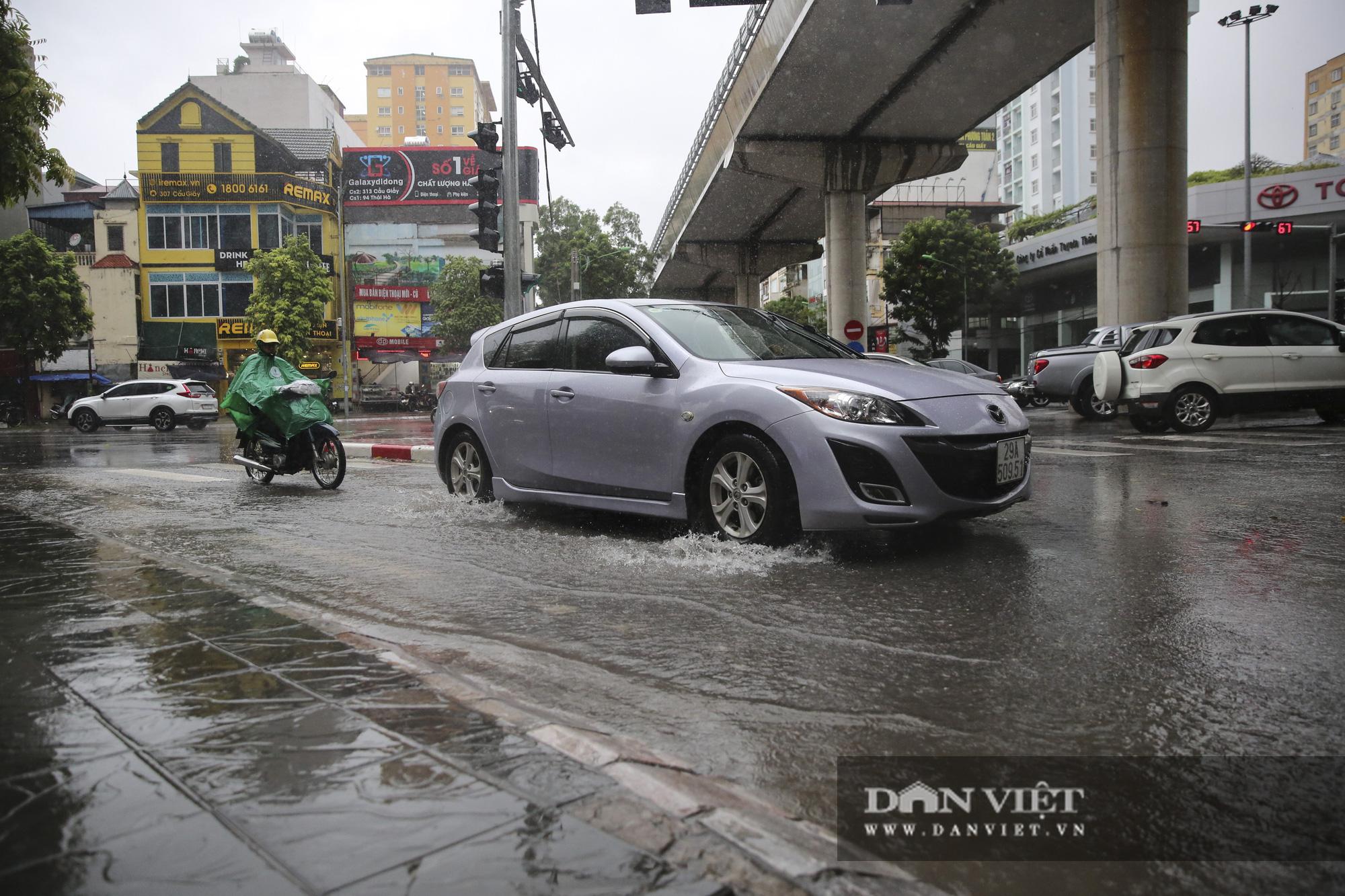 Sau bão số 2, Hà Nội mưa cả ngày khiến mực nước sông Tô Lịch bất ngờ dâng cao - Ảnh 2.