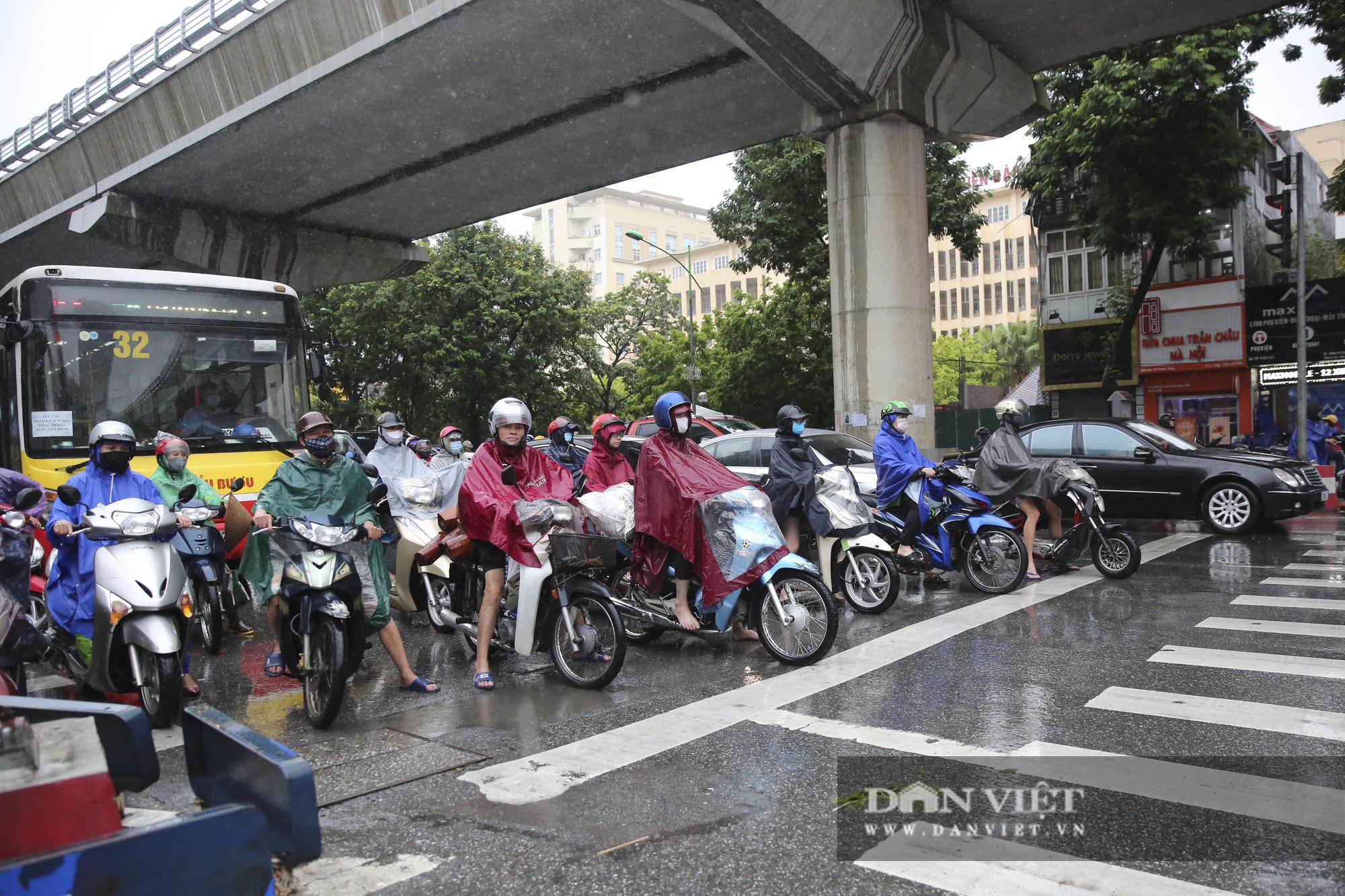 Sau bão số 2, Hà Nội mưa cả ngày khiến mực nước sông Tô Lịch bất ngờ dâng cao - Ảnh 3.